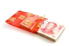 Notas de banco chinesas na bolsa vermelha Foto de Stock