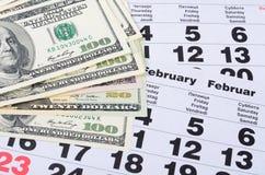 Notas de banco dos dólares em folhas do calendário Foto de Stock Royalty Free