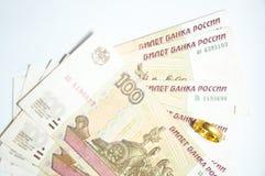Notas de banco dos rublos do russo e anel de ouro Fotografia de Stock