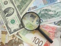 Notas de banco e magnifier Fotos de Stock