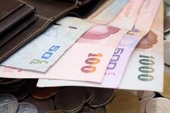 Notas de banco e moedas tailandesas Foto de Stock
