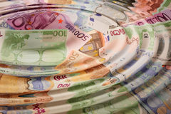 Notas de banco européias com as ondas de água redondas Fotos de Stock