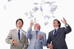 Notas de banco que chovem para baixo no businessteam imagem de stock