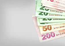 Notas de banco turcas Lira turca (TL) no fundo cinzento Foto de Stock