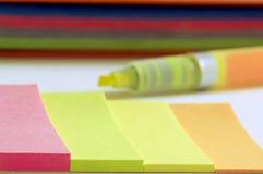 Notas de colores al remenmber fotos de archivo libres de regalías