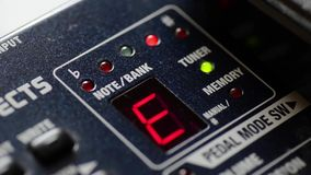 Notas de Cycling Through Music del sintonizador de la guitarra de Digitaces almacen de video