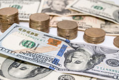 Notas de dólar da moeda dos E.U. como o fundo Fotos de Stock