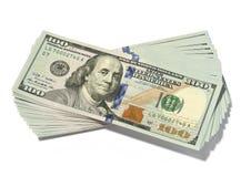 Notas de dólar da pilha cem isoladas imagens de stock