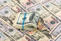 Notas de dólar dobradas no fundo do dinheiro Imagens de Stock