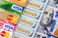 Notas de dólar dos E.U. com visto e MasterCard dos cartões de crédito Fotografia de Stock Royalty Free