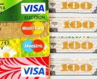 Notas de dólar dos E.U. com visto e MasterCard dos cartões de crédito Foto de Stock
