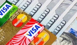 Notas de dólar dos E.U. com visto e MasterCard dos cartões de crédito Fotos de Stock Royalty Free