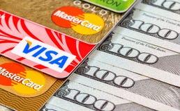 Notas de dólar dos E.U. com visto e MasterCard dos cartões de crédito Fotos de Stock