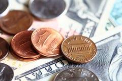 Notas de dólar dos E.U. e moedas do centavo Imagem de Stock Royalty Free