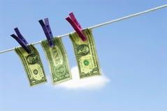 Notas de dólar dos E.U. um que penduram na linha de lavagem, conceito da lavagem de dinheiro Foto de Stock