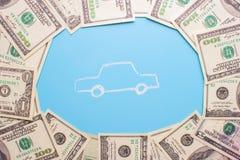 100 notas de dólar e carros Fotografia de Stock Royalty Free