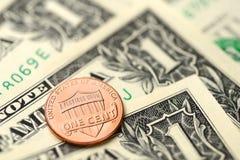 Notas de dólar e moeda de um centavo Imagens de Stock