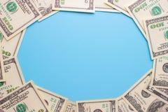 100 notas de dólar no fundo azul Foto de Stock Royalty Free