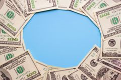 100 notas de dólar no fundo azul Fotos de Stock