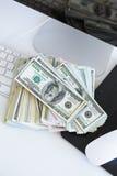 Notas de dólar no teclado de computador branco Fotos de Stock