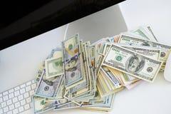 Notas de dólar no teclado de computador branco Imagem de Stock Royalty Free