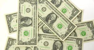 Notas de dólar uma dispersadas na tabela vídeos de arquivo