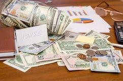 Notas de dólar no frasco com carta e calculadora Foto de Stock