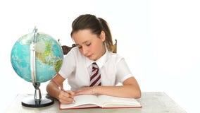 Notas de la escritura de la colegiala en clase de la geografía almacen de video