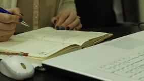 Notas de la escritura de la mano de la mujer almacen de video