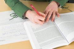 Notas de la escritura durante clase Imágenes de archivo libres de regalías