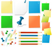 Notas de la etiqueta engomada, lápices, contactos stock de ilustración