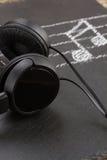 Notas de la música con los auriculares Imagen de archivo