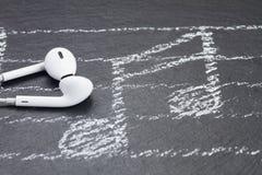 Notas de la música con los auriculares Fotos de archivo libres de regalías
