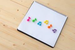 Notas de la música sobre el libro de papel Fotos de archivo libres de regalías