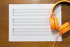 Notas de la música sobre la tabla Fotos de archivo libres de regalías