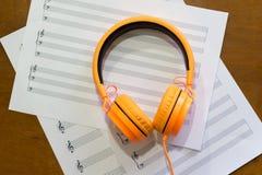 Notas de la música sobre la tabla Imagen de archivo libre de regalías