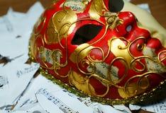 Notas de la música sobre máscara de oro y roja del carnaval y mus de papel rasgado Fotos de archivo
