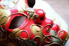 Notas de la música sobre máscara de oro y roja del carnaval y mus de papel rasgado Imagen de archivo libre de regalías