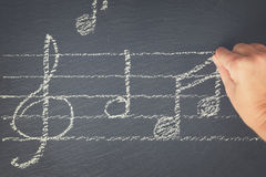 Notas de la música sobre negro foto de archivo libre de regalías