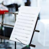 Notas de la música sobre soporte de música Foto de archivo