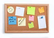 Notas de Mics sobre Corkboard fotos de archivo libres de regalías