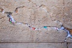 Notas de Multicolors en un hueco de la pared que se lamenta fotos de archivo libres de regalías
