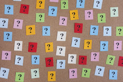 Notas de papel coloridas com pontos de interrogação Fotografia de Stock