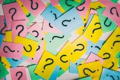 Notas de papel coloridas com pontos de interroga??o closeup fotos de stock royalty free