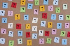 Notas de papel coloridas con los signos de interrogación Fotografía de archivo