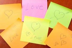 Notas de papel con amor y corazones Foto de archivo