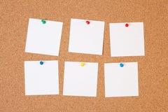 Notas de papel na placa da cortiça imagem de stock royalty free