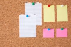 Notas de papel na placa da cortiça foto de stock