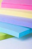 Notas de post-it coloreadas multi Imágenes de archivo libres de regalías