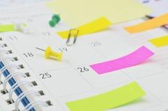 Notas de post-it com pino e grampo na página do diário do negócio Foto de Stock